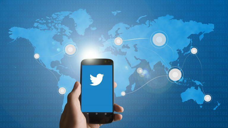 smartphone using twitter
